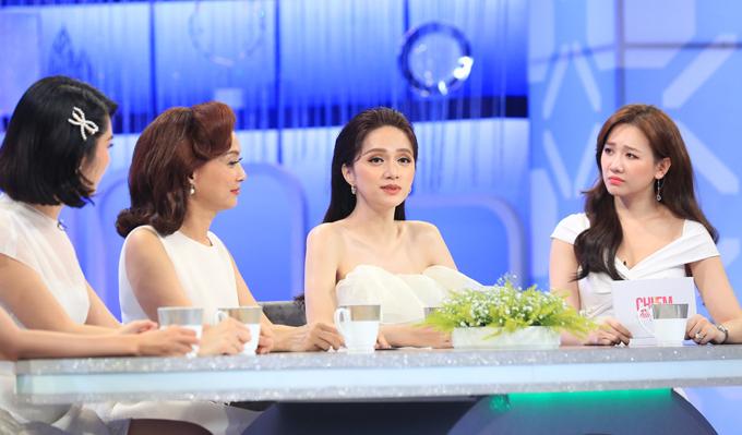 Hương Giang trò chuyện cùng ca sĩ Hari Won, nghệ sĩ Lê Khanh, diễn viên Thúy Ngân.