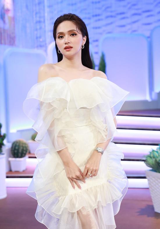 Hương Giang mặc điệu đà, khoe vẻ gợi cảm trong show Chị em chúng mình.