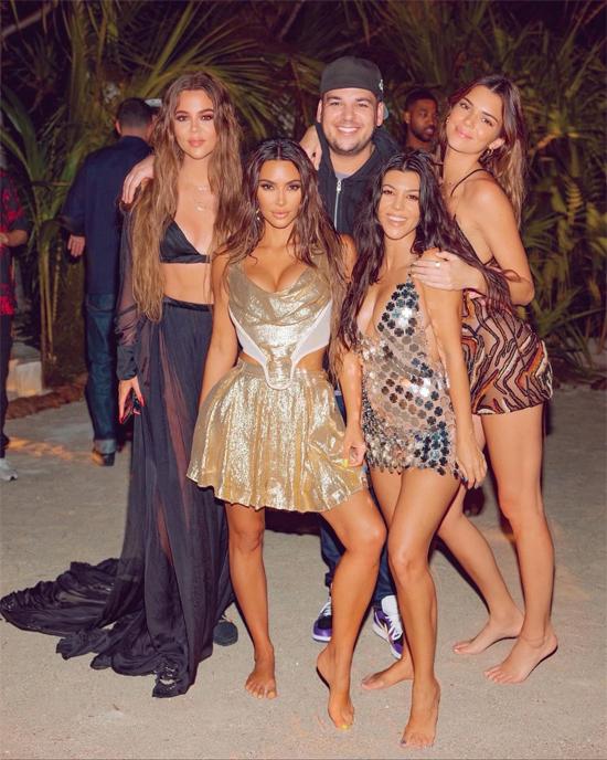 Kim bên các chị em ruột trong tiệc sinh nhật trên đảo vào đầu tuần này.
