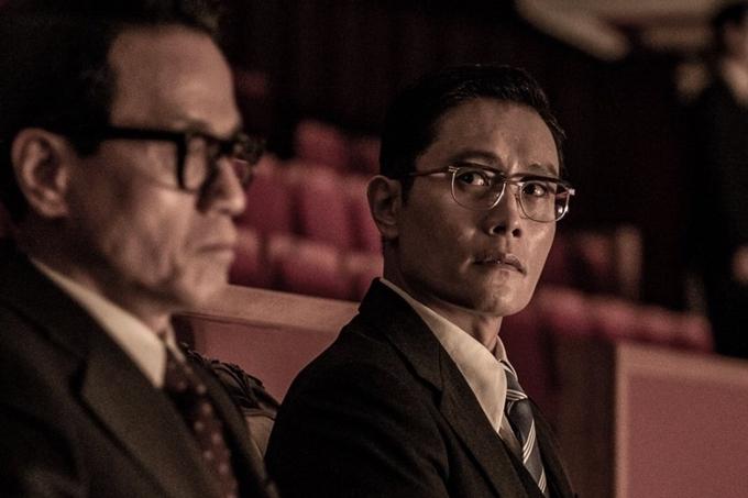 Lee Byung Hun trong phim The Man Standing Next.