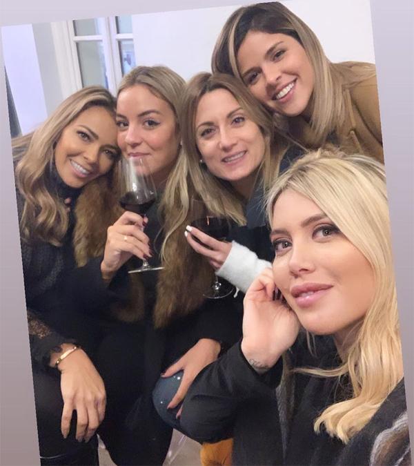 Vợ Icardi selfie với một số cô vợ, bạn gái đồng đội của chồng trẻ trong bữa tiệc. Trong số này có bà xã thủ môn Keylor Navas (ngoài cùng bên trái) và vợ tiền vệ Di Maria (thứ ba từ trái sang).