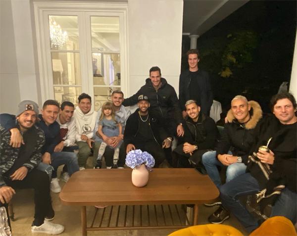 Vợ chồng Icardi mời một số đồng đội thân thiết ở PSG tới dự như Florenzi, Ander Herrera, Ángel Di María, Neymar,  Sergio Rico, Keylor Navas và Leandro Paredes.