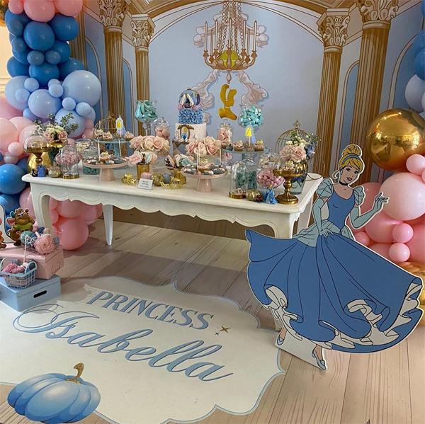 Không gian tiệc sinh nhật của con gái sao Argentina được trang trí theo chủ đề Công chúa Lọ lem với hai màu xanh và hồng chủ đạo.