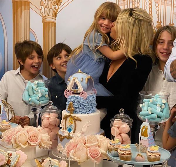 Bà xã tiền đạo PSG sau đó gửi lời cảm ơn tới những người tới dự bữa tiệc, những người bạn thân thiết tại Paris, những người luôn giúp đỡ gia đình tại Pháp, người làm chiếc bánh đáng yêu mà cô bé mơ ước và đơn vị tổ chức sự kiện giúp cả nhà có một bữa tiệc sinh nhật đầm ấm, vui vẻ.