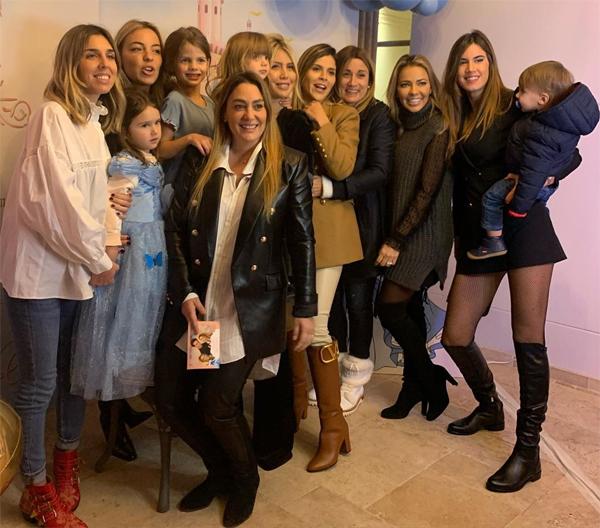 Các chàng cầu thủ cũng đưa vợ, bạn gái và các con tới chung vui, chúc mừng cô nhóc Isabella sang tuổi mới. Trong ảnh, một số nàng WAGs của PSG cùng con chụp ảnh bên mẹ con Wanda Nara.