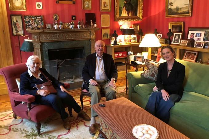 Công chúa Dephine Boël (phải) trong cuộc gặp mặt với cha và hoàng hậu Paola hôm 25/10. Ảnh: Reuters.