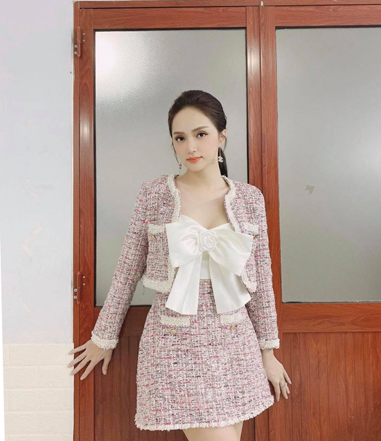 Diện nguyên bộ trang phục thiết kế trên chất liệu vải tweed là phong cách hứa hẹn tạo nên cơn sốt ở mùa mốt năm nay. Hoa hậu Hương Giang nhanh chóng cập nhật mốt này để tạo sức hút cho hình ảnh cá nhân.