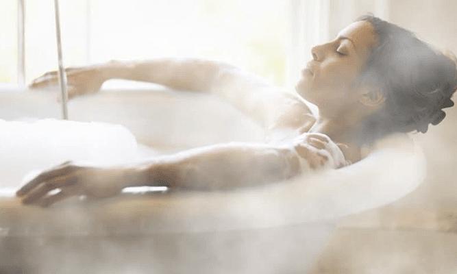 Tắm nước nóng giúp giảm cân
