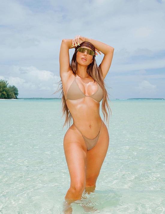 Ngôi sao truyền hình thực tế chọn mẫu bikini nhỏ xíu, khai thác triệt để thân hình bốc lửa.