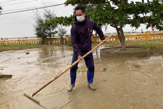 Sau khi lũ rút, nhiều nhà dân, cơ quan, trường học phủ một lớp bùn non dày đặc quánh. Lý Hải giúp bà con dọn rửa bùn ở một trường học để các em học sinh sớm được trở lại lớp.