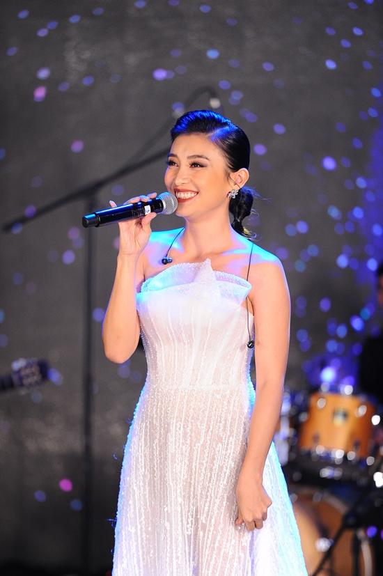 Nữ ca sĩ cũng mang đến ca khúc Hãy về với em. Đây là bài hát cô viết dành riêng cho Yến Phương sau khi nghe những tâm sự của cô về tình yêu dành cho gia đình nhỏ. Vợ con ủng hộ Lam Trường làm show