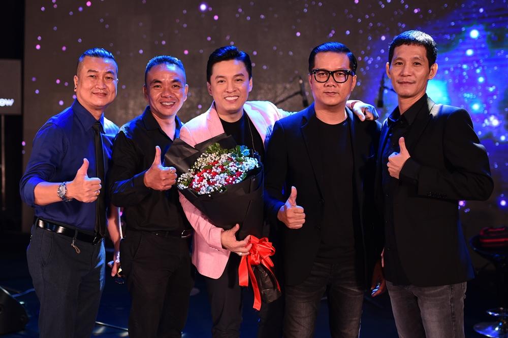 Lam Trường bên cạnh những người bạn tri kỷ trong âm nhạc - nhóm The Friends gồm: nhạc sĩ Minh Nhiên, bass Minh Hiển (từ trái qua), nhạc sĩ Hoài Sa, guitarist Vĩnh Tâm (từ phải qua). Vợ con ủng hộ Lam Trường làm show