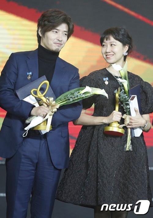 Cặp đôi cùng nhận huân chương của Thủ tướng với diễn xuất ấn tượng trong phim Khi hoa trà nở. Đây là một trong các series ăn khách nhất năm 2020, giành nhiều giải Phim xuất sắc tại các lễ trao giải tại Hàn Quốc.