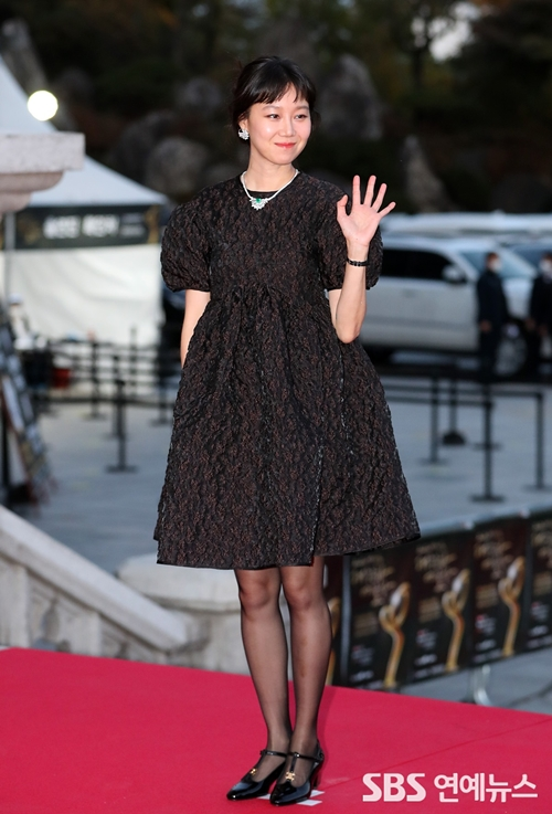 Diễn viên Gong Hyo Jin dịu dàng trên thảm đỏ.