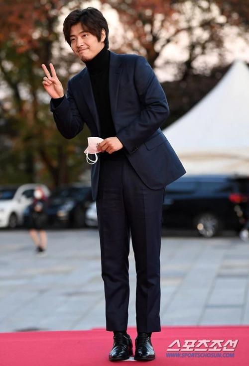 Diễn viên Kang Ha Neul tháo khẩu trang để gửi lời chào báo chí và khán giả.
