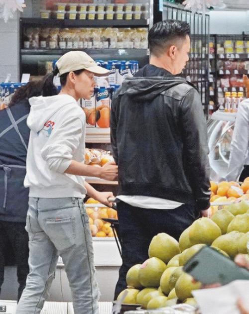 Chồng cùng Hạnh Nhi cùng nhau bàn bạc, lựa chọn thực phẩm. Hồ Hạnh Nhi từng tiết lộ cô và chồng rất hợp nhau trong cuộc sống.