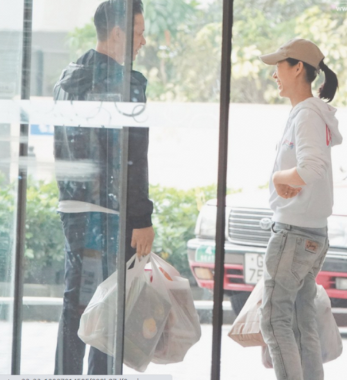 Hồ Hạnh Nhi là diễn viên nổi tiếng Hong Kong, cô được khán giả mến mộ qua nhiều phim điện ảnh, truyền hình như Bao la vùng trời 2, Tòa án lương tâm, Năm ấy hoa nở trăng vừa tròn... Cô kết hôn với doanh nhân Philip Lee năm 2015, cuộc sống hôn nhân rất hạnh phúc.