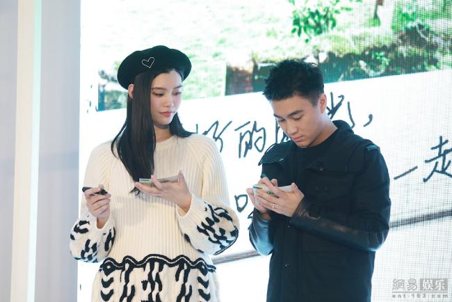 Theo hé lộ của chương trình, biệt thự nơi cặp đôi sống ở Thượng Hải cũng sẽ được lên sóng. Lý do đôi vợ chồng tham gia show được Hề Mộng Dao tiết lộ: Kể từ khi có con, chúng tôi rất bận rộn, thời gian dành cho nhau càng ít đi, vì thế tôi muốn nhân cơ hội này để gần gũi hơn với ông xã.