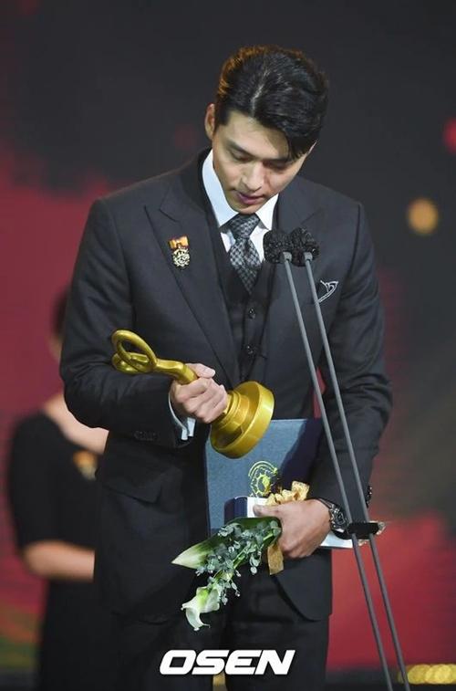 Hyun Bin nhìn chiếc cúp danh giá đầy trân trọng.