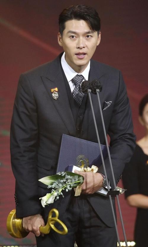 Khi Hyun Bin đến lễ trao giải, nhiều người bày tỏ tiếc nuối vì bạn diễn cặp của anh - Son Ye Jin - không có tên nhận giải.