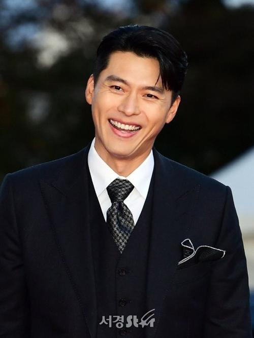 Hyun Bin cười tươi trên thảm đỏ.