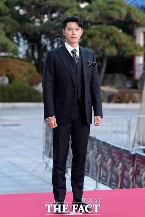 Hôm 28/10, Hyun Bin tham dự lễ trao giải Văn hóa & Nghệ thuật cộng đồng Hàn Quốc 2020. Anh diện suit đen lịch lãm theo dresscode của sự kiện.
