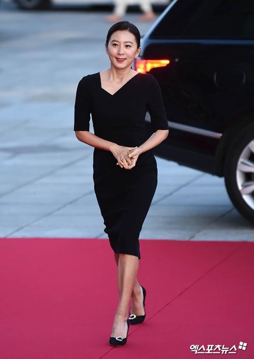 Bà cả Kim Hee Ae của phim Thế giới hôn nhân đến lễ trao giải với tạo hình nền nã và quý phái.