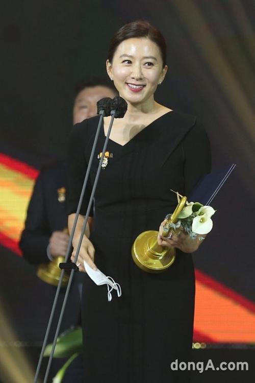 Cô cũng nhận huân chương từ Tổng thống.