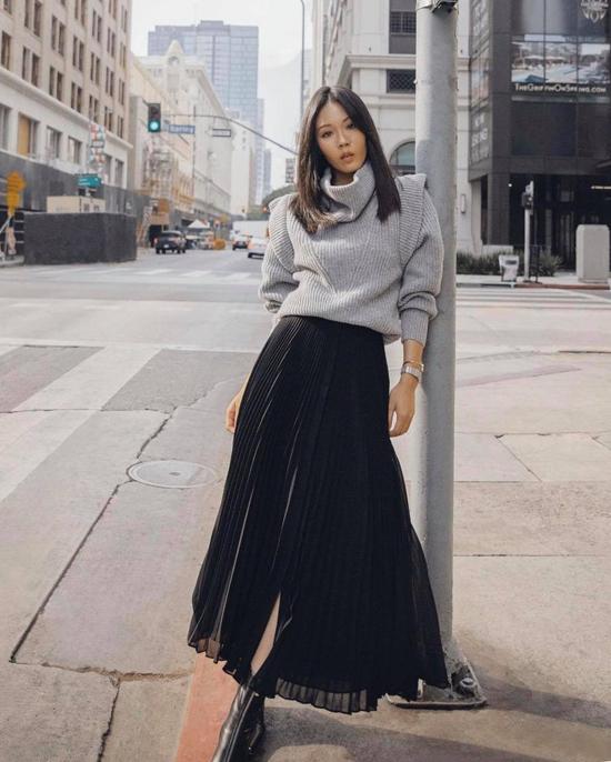 Áo len không chỉ tiện lợi trong việc phối đồ mùa lạnh mà nó còn khiến người mặc trở ên ấn tượng hơn khi sử dụng cùng các mẫu chân váy hợp mốt.