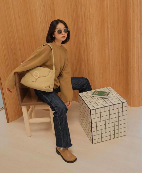 Ngoài len, vải tweed, vải dệt lim, áo dạ hoặc áo nỉ là món đồ dành cho các cô nàng thích sự trẻ trung và năng động khi xuống phố.