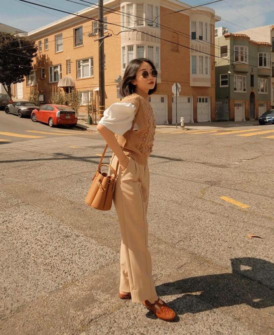 Chỉ cần sử dụng áo len màu beige với dáng sát nách và cổ lọ, phái đẹp dễ dàng hô biến trang phục ngày hè thành set đồ đúng mùa thu đông.