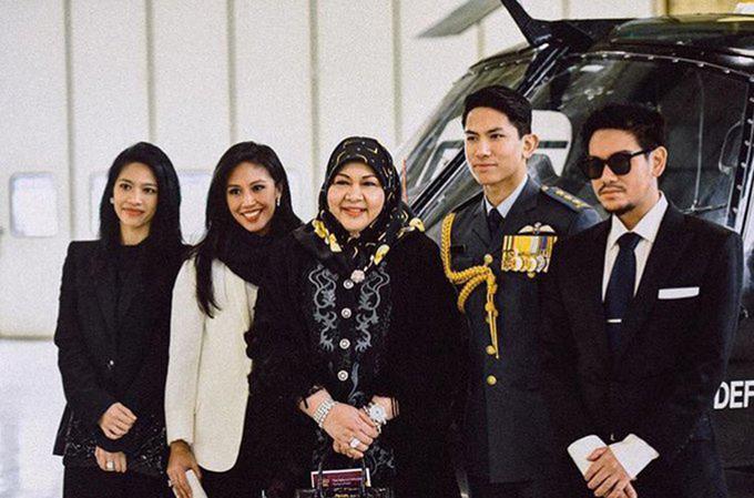 Hoàng tử Azim (phải) đừng cạnh em trai Mateen và các thành viên khác trong gia đình. Ảnh: Twitter.