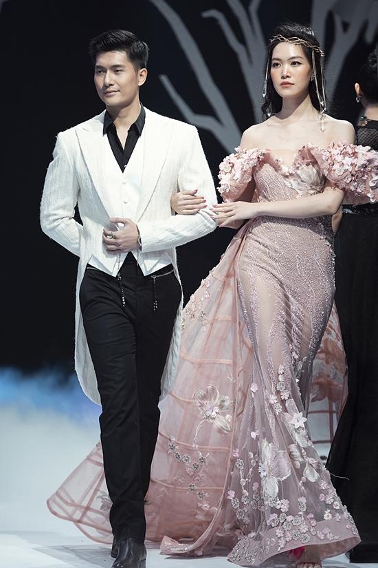 Lâm Bảo Châu tình tứ cùng hoa hậu Thùy Dung trên sàn catwalk. Cả hai trình diễn bộ sưu tập của nhà thiết kế Hoàng Hải.