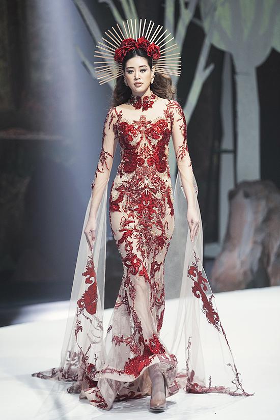 Bộ đầm dạ hội màu đỏ lộng lẫy, được đính kết cầu kì cùng cặp sừng hươu mô phỏng hình ảnh nữ thần của rừng.
