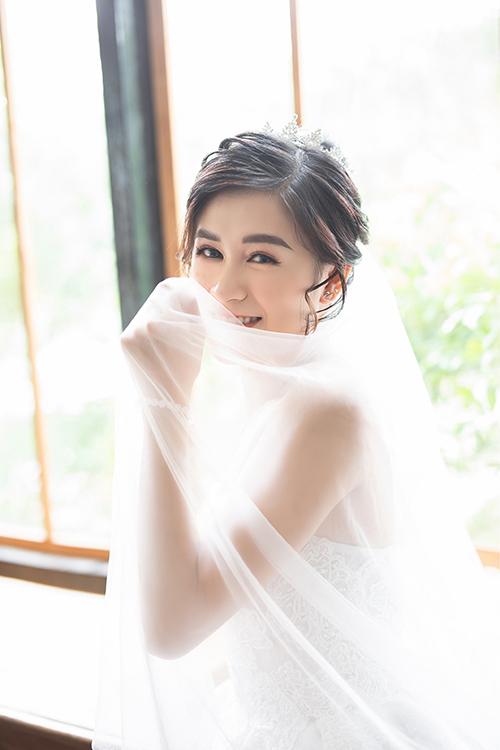 Thủy Tiên chuộng các thiết kế váy cưới của thương hiệu thời trang trong nước cho bộ hình pre-wedding.