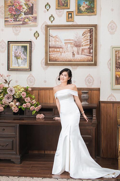 Trong bộ hình, Thuỷ Tiên còn diện một váy tối giản, giúp khoe khéo số đo hình thể chuẩn của tân nương.