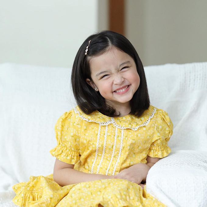 Cô bé cười tít mắt sau khi bày tỏ rất yêu cha, muốn tặng cha một cái ôm để thể hiện tình cảm với cha.