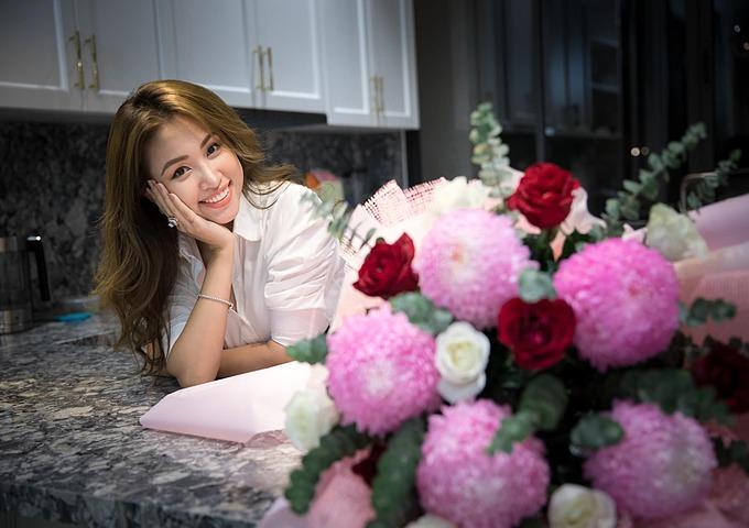Người tặng hoa tay luôn lưu lại hương thơm... Yêu và biết ơn chồng, anh chụp em lúc nào cũng là đẹp nhất, Vân Hugo chia sẻ.