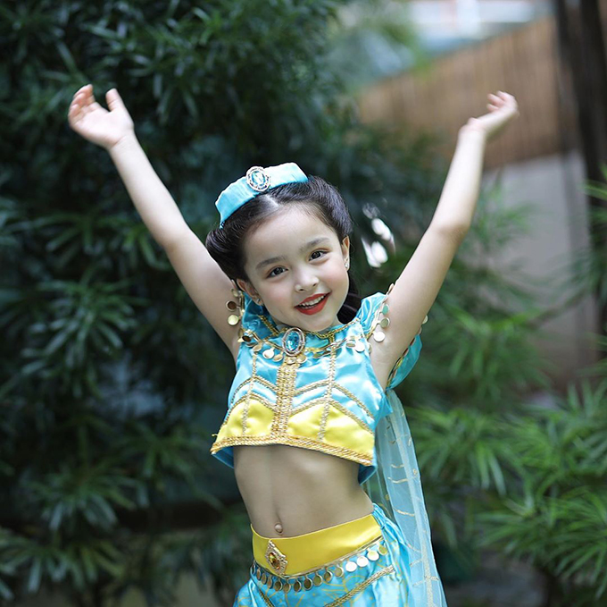 Cô bé xinh như công chúa khi khoác lên mình trang phục của Jasmine. Cô bé được cha mẹ nuôi dạy sống tình cảm. Em hay ôm, nói lời yêu thương tới cha mẹ, biết phụ mẹ chăm em trai nhỏ.