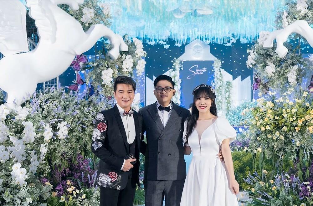 Đám cưới của CEO sinh năm 1989 có sự góp mặt của nhiều nghệ sĩ nổi tiếng trong showbiz Việt. Ông hoàng nhạc Việt Đàm Vĩnh Hưng có mặt từ rất sớm để chúc mừng đám cưới.