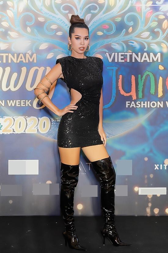 Siêu mẫu Hà Anh trung thành style gợi cảm.