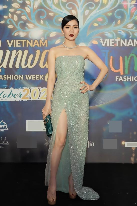 Lệ Quyên khoe hình thể 46 kg với váy quây ngực, xẻ tà cao.
