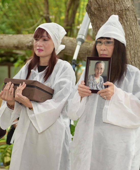Hiền Mai mặc áo tang, mắt ngấn lệ trong buổi lễ cúng đưa tro cốt mẹ từ chùa về quê.