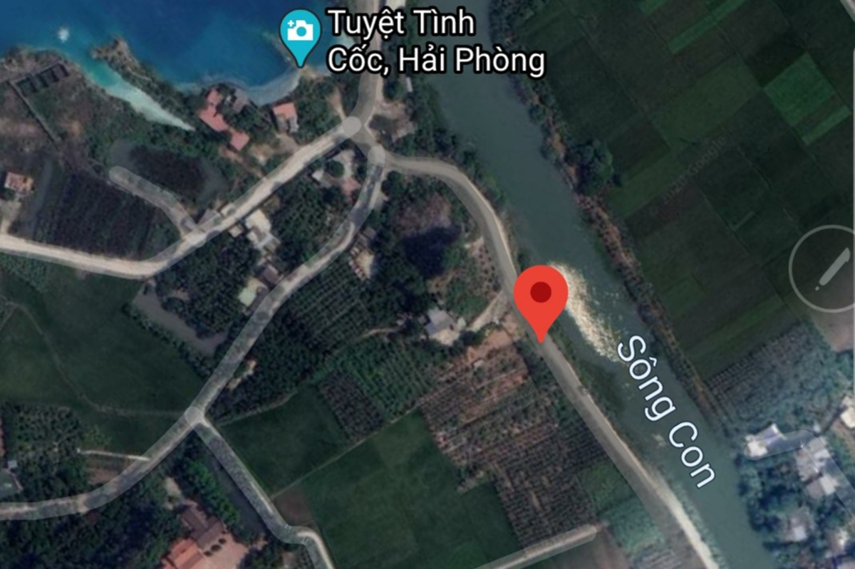 Vị trí hố sụt theo các cụ cao niên trong xã An Sơn, khu vực xảy ra sụt theo các cụ truyền ngôn kể lại nơi đây vốn là cửa động thông ra sông Con, nước ngầm từ dãi núi đá vôi Trại Sơn đổ ra. Ảnh: Google Map