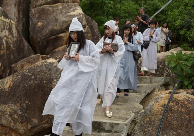 Chị em Hiền Mai quyết định rải một nửa tro cốt của mẹ ở vùng biển thuộc đảo Hòn Đỏ, Nha Trang. Chỗ này cảnh đẹp, chắc má thích. Lúc còn sống má hay ngắm cảnh, thích du lịch, Hiền Mai chia sẻ.
