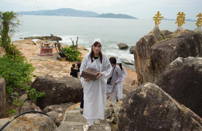 Nữ diễn viên mong mẹ thanh thản, nhẹ nhàng về cõi Phật. Cô mừng vì thời tiết Nha Trang rất đẹp trong ngày đưa mẹ về quê.