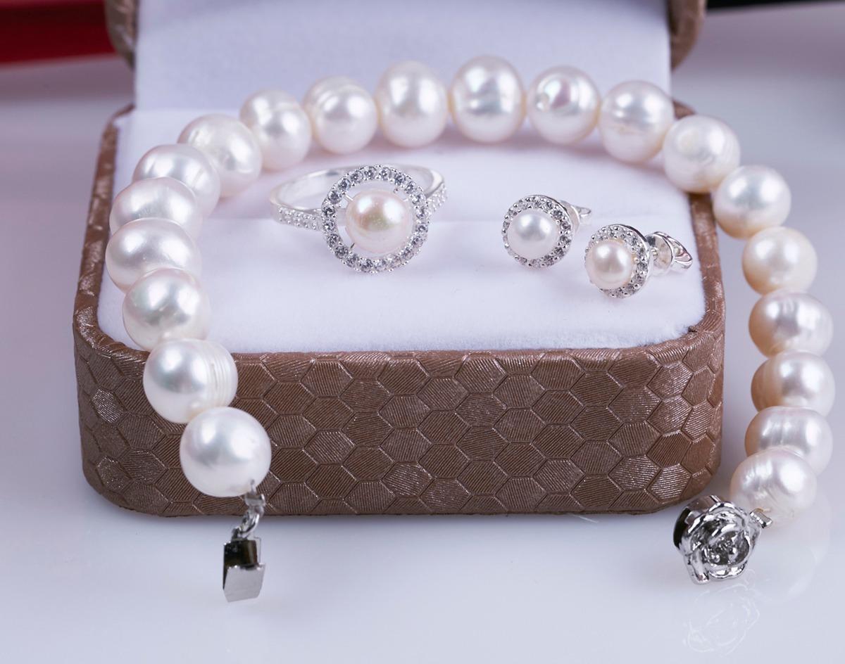 Bộ trang sức ngọc trai kết hợp bạc Opal T05 làm từ chất liệu bạc 925 và ngọc trai tự nhiên màu trắng. Khóa gài hình hoa hồng bằng bạc bắt mắt. Nhẫn và bông tai có viền đá trắng bao quanh viên ngọc trai tròn tạo điểm nhấn. Sản phẩm có giá 870.000 đồng, giảm 40% so với giá gốc.