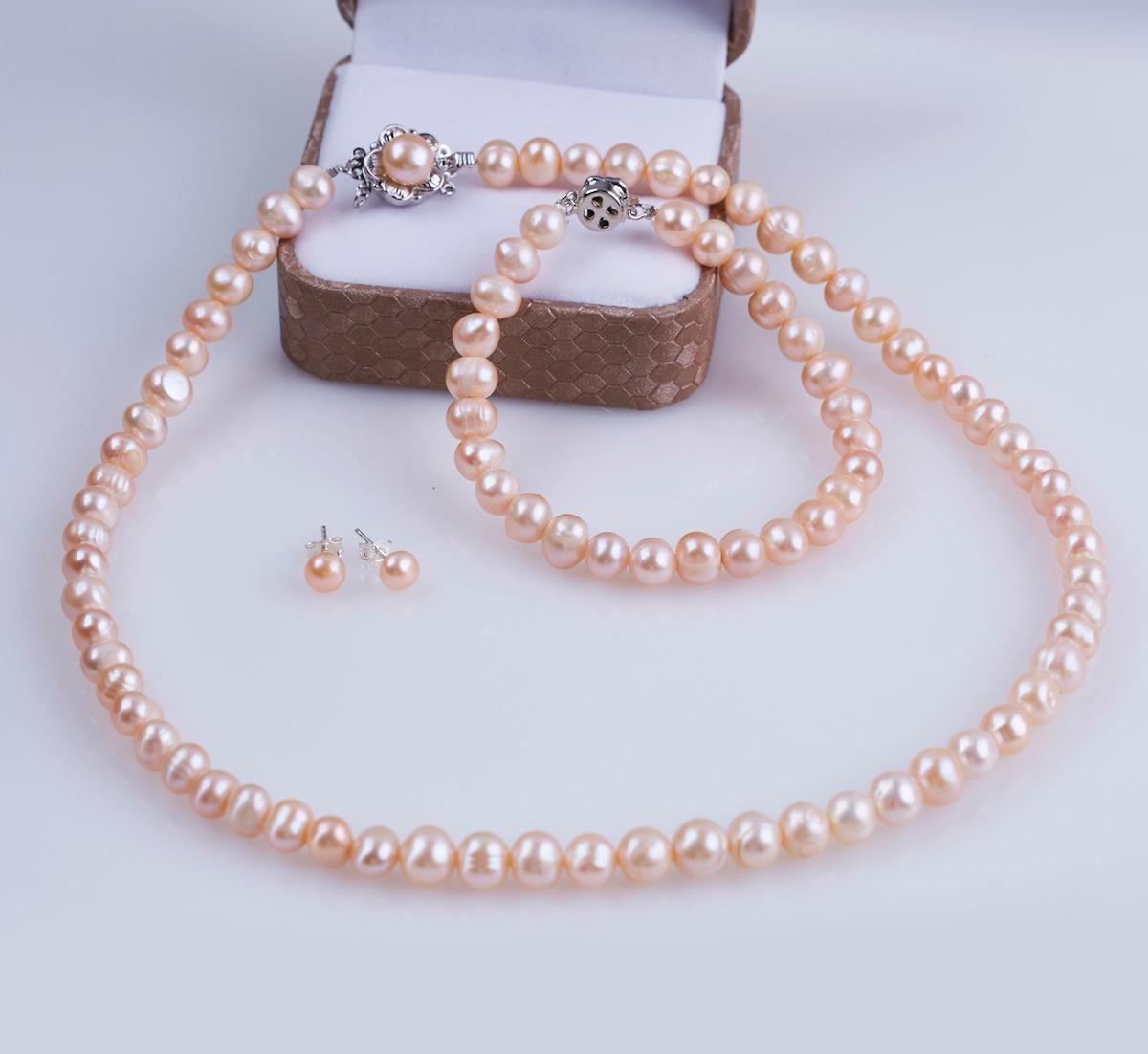 Bộ ngọc trai hồng Opal T05 có giá gốc lên đến 1,398 triệu đồng, giảm 40% còn 838.800 đồng. Thiết kế đơn giản với màu hồng nhạt dễ đeo. Bộ trang sức hợp nhiều lứa tuổi. Dây chuyền và lắc tay có phần khóa bạc thiết kế hình hoa đẹp mắt.