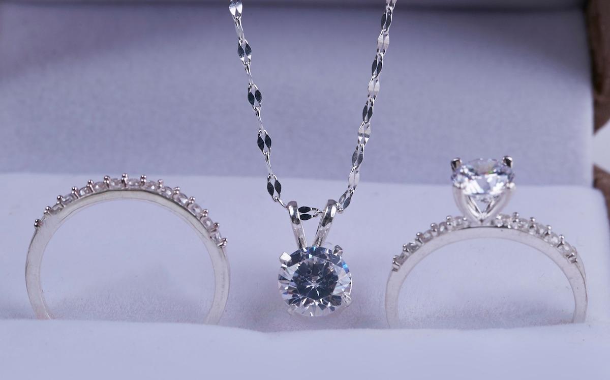 Bộ trang sức bạc đính đá Opal T05 gồm một nhẫn trơn đính hạt tấm, một nhẫn đính đá trắng và một dây chuyền có kèm mặt đá. Nhẫn hạt tấm có thể đeo ngón trỏ, phối cùng nhẫn đính hạt đeo ngón giữa.  thể ttách rời đeo riêng từng món đều được vì thiết kế cơ bản, đơn giản, dễ phối. Sản phẩm có giá giảm 40% còn 450.000 đồng (giá gốc 750.000 đồng).