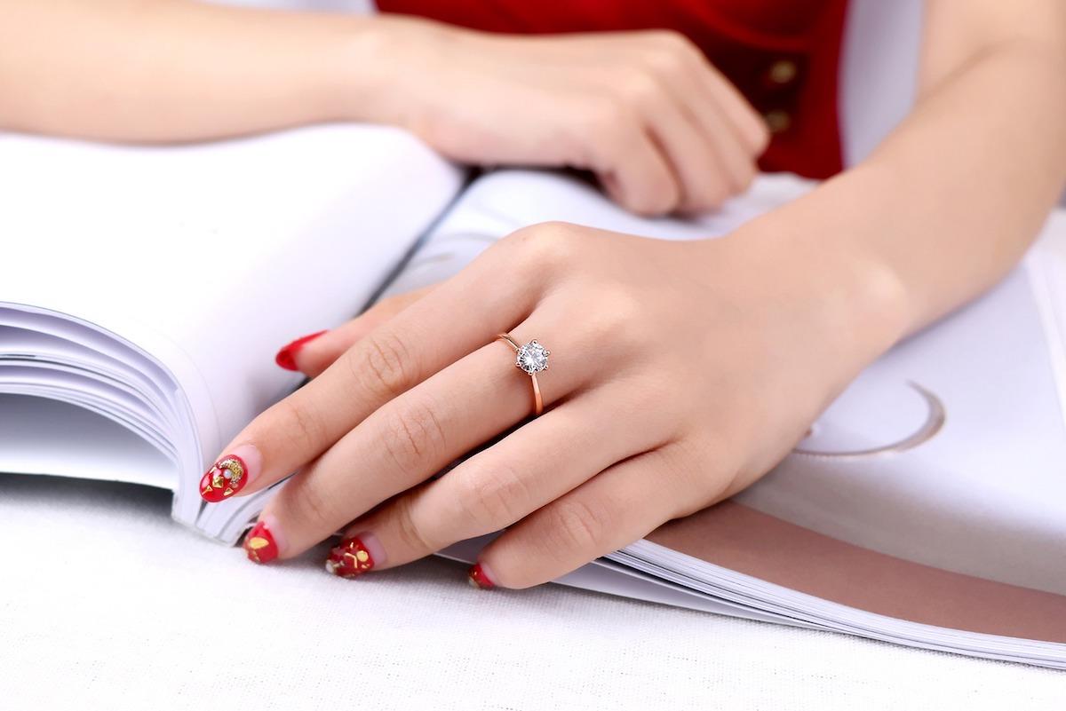 Nhẫn bạc đính đá Ross Opal T06 làm từ chất liệu bạc 925 được xi mạ vàng. Thiết kế đơn giản, truyền thống, hợp dùng làm quà tặng cho người yêu, bạn bè hoặc người thân... Sản phẩm có giá giảm 40% còn 270.000 đồng.